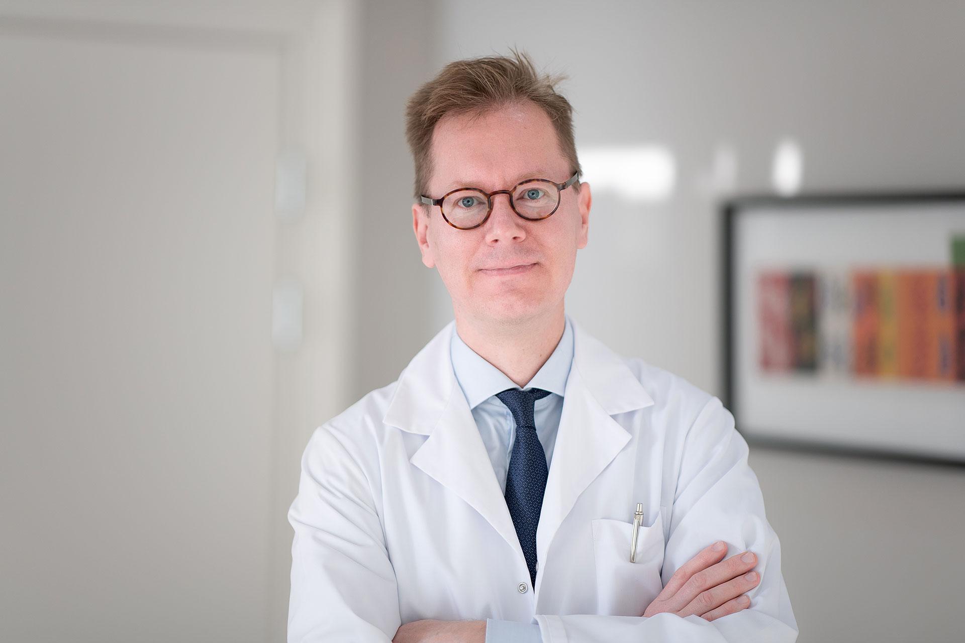 Plastiikkakirurgian erikoislääkäri Janne Jyränki kuuluu nykyisin alansa huippuosaajiin